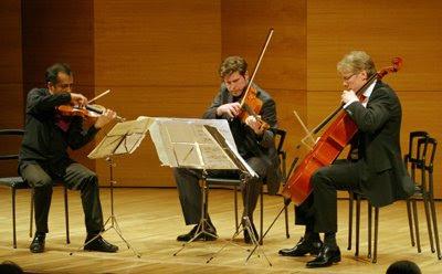 Miembros del Ensemble Modern tocan el trío de cuerdas Op.45 de Schönberg en la Sala Joaquín Turina del Centro Cultural Cajasol de Sevilla el 24 de marzo de 2009 (© Belén Vargas / Diario de Sevilla)