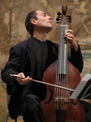 Paolo Pandolfo durante un concierto en el Alcázar de Sevilla (© Juan Carlos Muñoz (Diario de Sevilla)