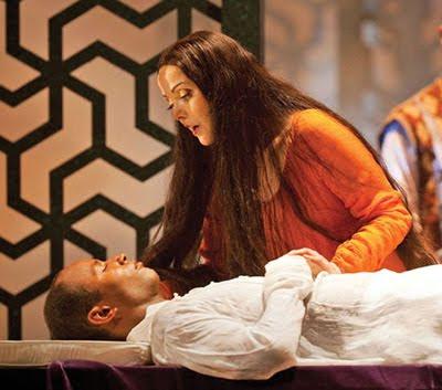 Un momento de L'amour de loin en una función en la English National Opera (© Johann Persson)