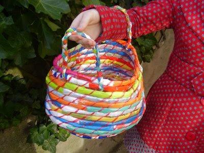 cesto feito de sacos de plástico-reciclagem