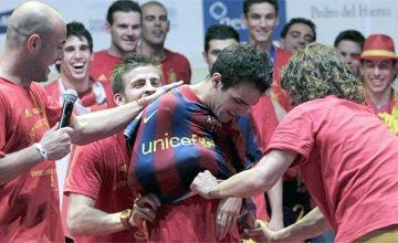 Wenger perdona la broma de Piqué y Puyol