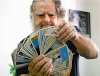 Brujo Mayor echando las cartas