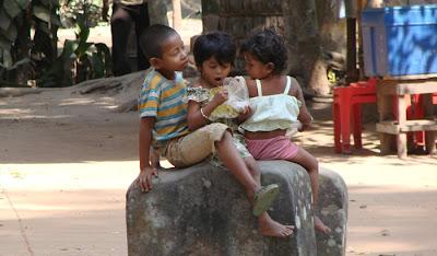 criancas brincando livremente com seu amiguinho monge no Cambodia