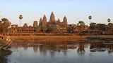 Durante o por-do-sol, o templo de Angkor Wat muda de cor ficando meio alaranjado
