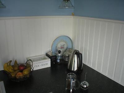 frau putz her kommer mutter med spand og klud hun skrubber og skurer og muger ud. Black Bedroom Furniture Sets. Home Design Ideas
