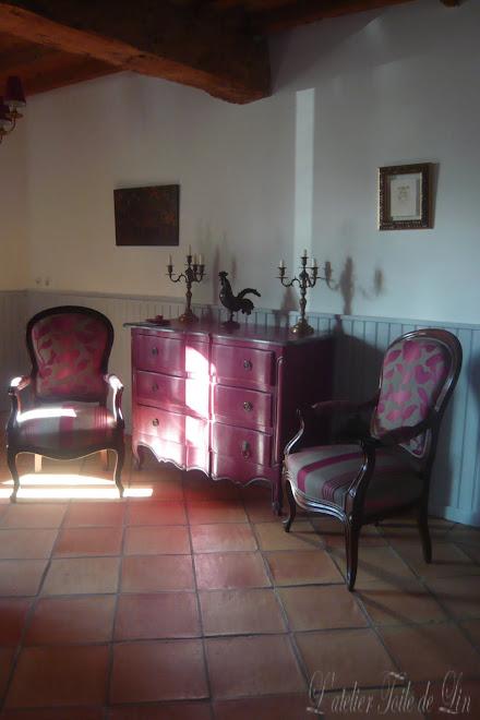 ambiance mélange de style - fauteuils Louis-Philippe commode Louis XV galbée