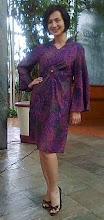Artis Wanda Hamidah memakai baju batik deutzyg