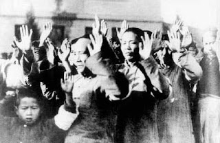 Hombres chinos detenidos en Nanking. c. Nanking Film.