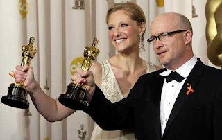Alex Gibney y Eva Orner con su Oscar. c. Oscar.com.