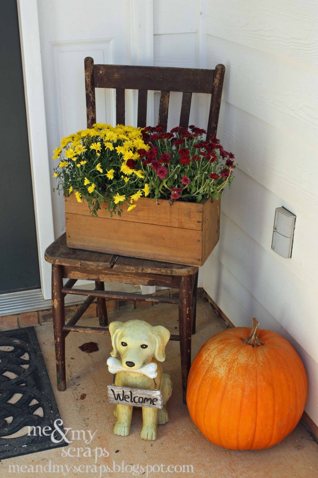 Me my scraps thrifty thursday front porch decor for Small front porch decor