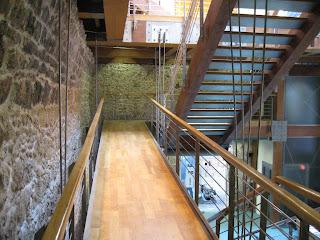 scara interioara moderna in cadru rustic