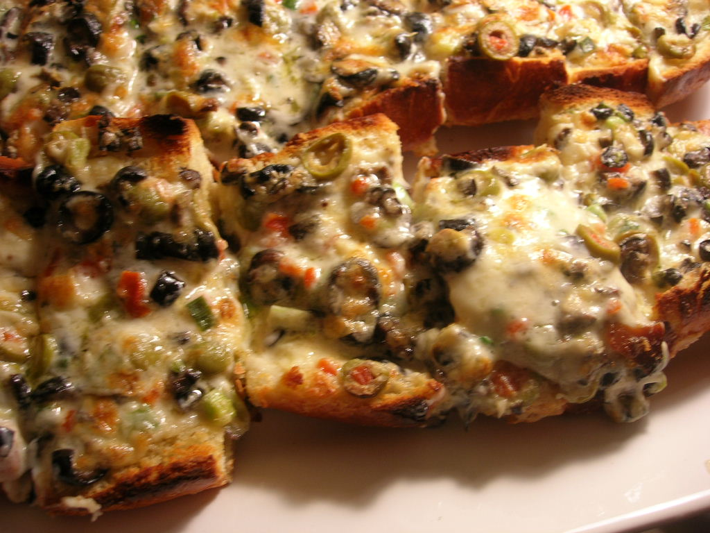 ... : Yet another appetizer from the Pioneer Woman: Olive Cheese Bread