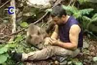 Un fotógrafo turco vive en el bosque para cuidar de un osezno huérfano