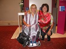 Con la ganadora del Premio a la Mujer Solidaria 2009 que otorgó la Fundación Avón.
