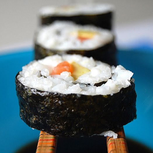 Suitsulõhe ja kurgi sushi