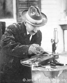 foto wilson a bentley_trabalhando com seu microscópio
