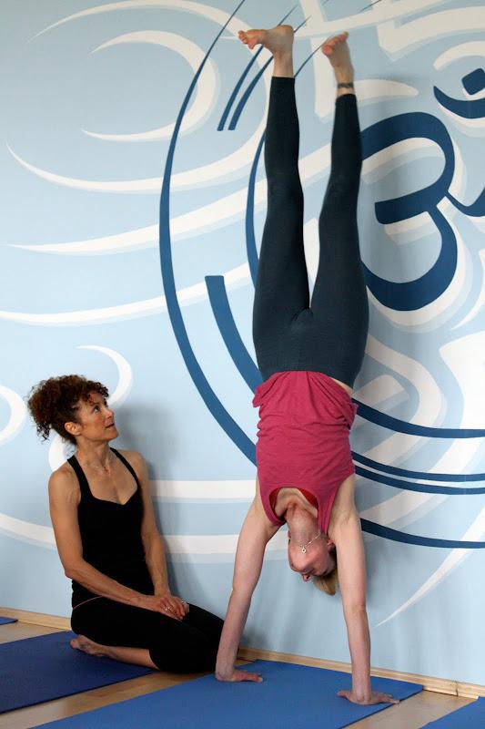 Handstand an der Wand im Yogaworkshop mit Desiree Rumbaugh im Yogaraum Berlin