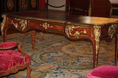Agir bir calisma masasi klasik bir ofis veya yuksek tavanli bir