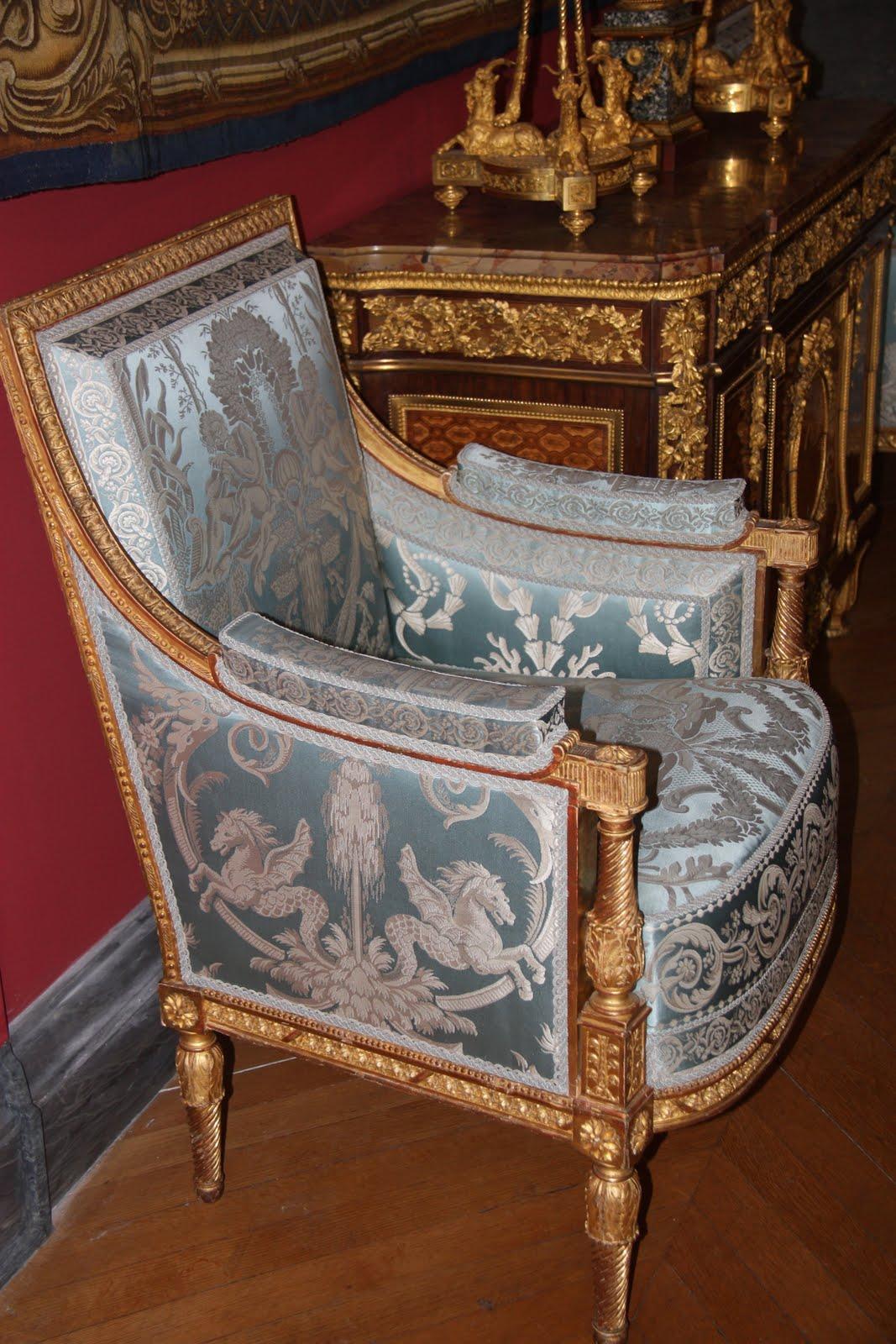 Ihtisamli bir koltuk istenirse patine yaptirilip modern cicekli bir