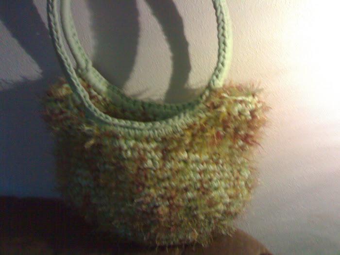 sacola verde com fio meclado castanho felpudo