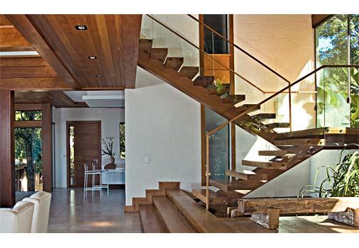 escada para o jardim:desta escada vazada são de peroba-rosa, madeira que contrasta com o