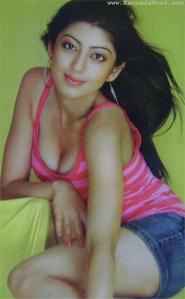 Pranitha Hot Exposure ~ Hot Desi Actress Stlls