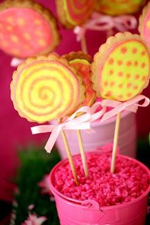 Table à desserts : du rose et des fleurs 3