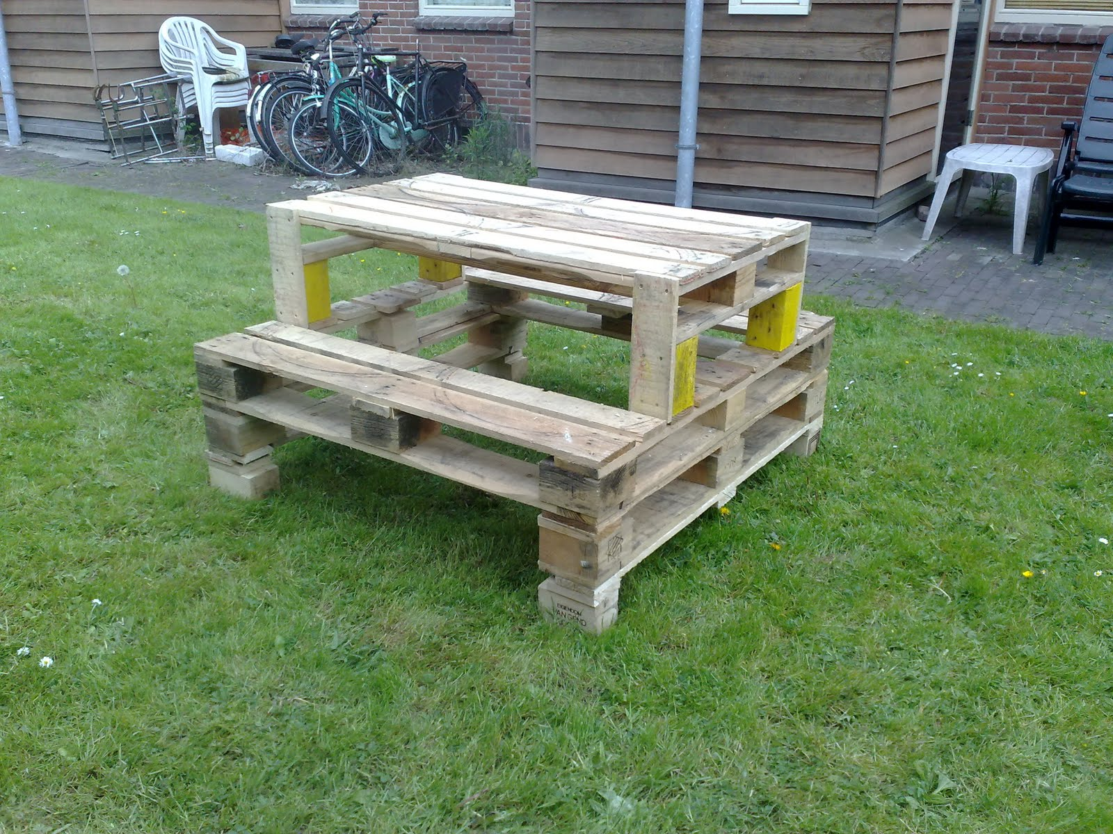 Eriestuff pallet picnic table for Palette table jardin