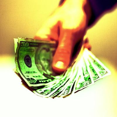 Фото в руках доллары