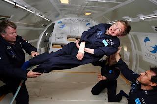 Stephen Hawking disfrutando la ingravidez durante un vuelo en 2007