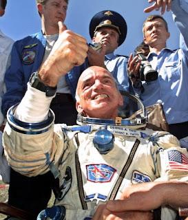 El multimillonario Dennis Tito celebra luego de convertirse en el primer turista espacial de la historia en 2001. Tito pagó 20 millones de dólares para viajar 8 días a la EEI