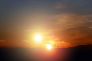 Reproducción artística que muestra cómo se vería una doble puesta de sol desde un mundo alienígena