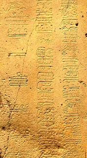 Fotografía de una sección del calendario de cuenta larga maya que muestra tres columnas de glifos del segundo siglo antes de la era cristiana