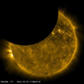 Fotografía de la Luna pasando frente al Sol, obtenida por la nave SDO en longitud de onda ultravioleta extremo