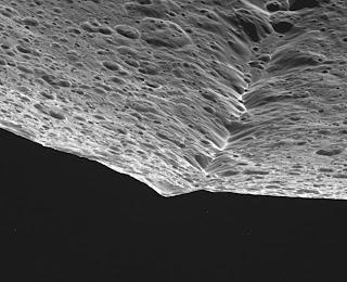 Fotografía reciente de la cresta de Japeto, obtenida por la sonda Cassini