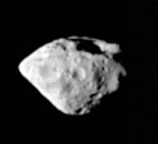 Fotografía de un asteroide formado por silicato de magnesio, llamdo Steins, tomada por la sonda Rosetta a su paso por el cinturón de asteroides en ruta hacia un cometa