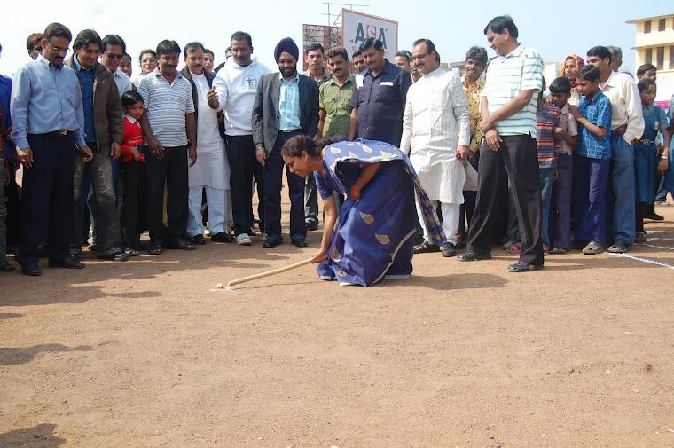 छत्तीसगढ़ की पहली महिला खेल मंत्री लता उसेंडी गुल्ली-डंडा खेलकर लोक खेल का शुभारम्भ करती हुईं