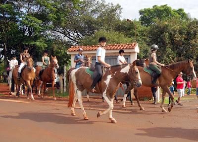 """""""Cavalguega"""" reúne amantes do hipismo em passeio de Ribeirão a Dumont"""