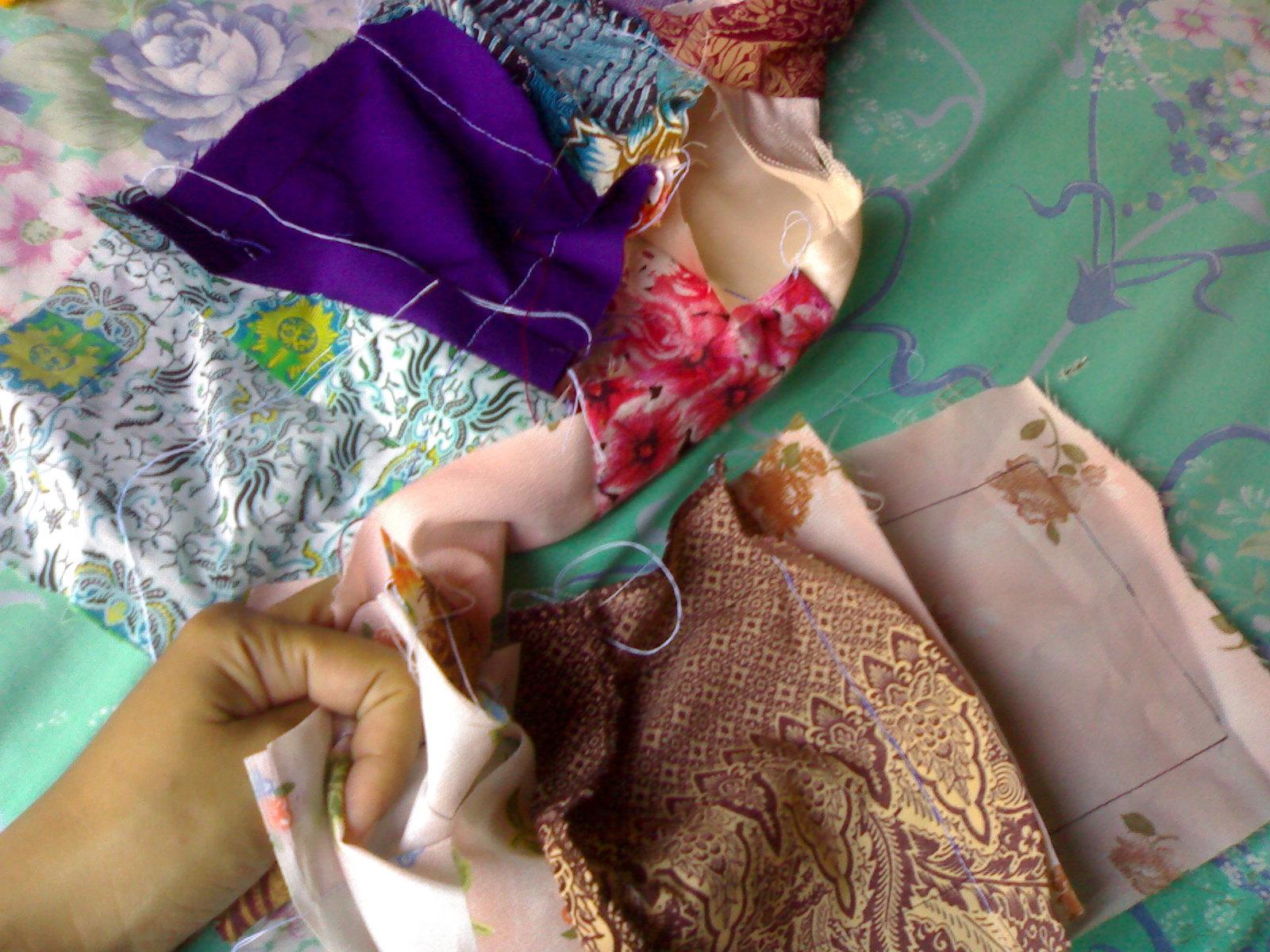 pertama gunting kain perca warna warni dalam 1 ukuran.
