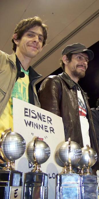 """Fábio e Gabriel recebendo quatro """"Will Eisner"""" - o oscar das HQ nos EUA."""