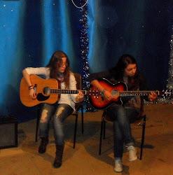 Ana Pérez Seco (izda.) y Marta Carro Alvarellos (dcha.), alumnas, actuando en los P.P. Franciscanos