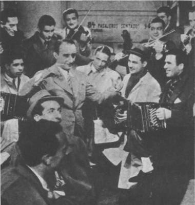 Juan D'Arienzo (centro) con su orquesta