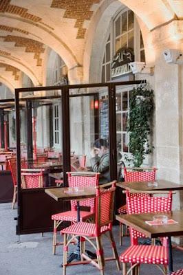 Cafes en la plaza de los Vosgos en Paris