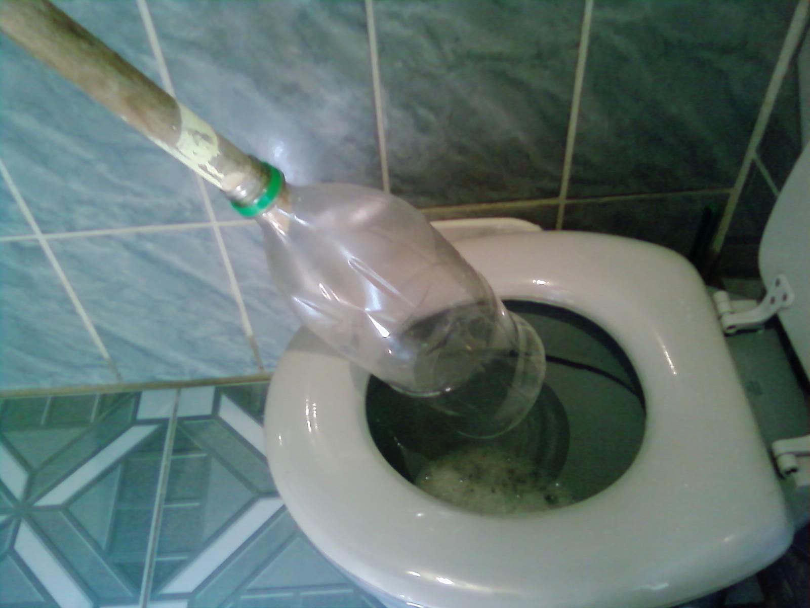 Viver Naturalmente: Desentupidor de vaso sanitário feito com garrafa  #476E70 1600x1200 Banheiro Com Cheiro De Esgoto O Que Fazer