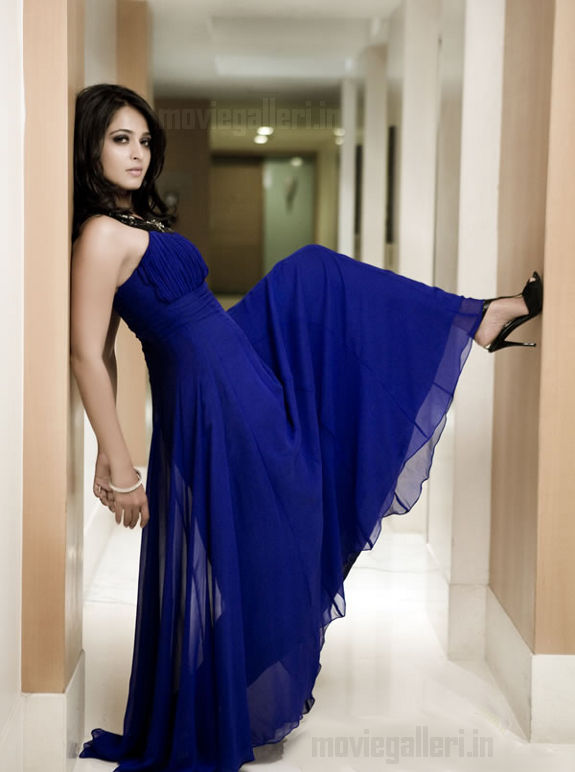 http://4.bp.blogspot.com/_ftok6z-iIP8/S_oPUzbg2RI/AAAAAAAAACE/0oZlXDZHvPw/s1600/anushka_shetty_hot_photo_shoot_stills_images_pics_03.jpg
