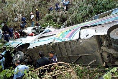 2 muertos 18 heridos saldo de volcadura de camión de turistas en la Amozoc-Perote