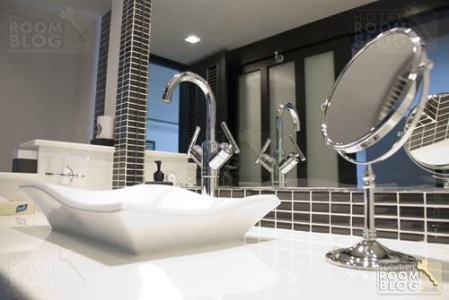 semuamuat: exclusive bathroom design