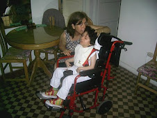 Con Mamita Lucia en mi nueva silla de ruedas