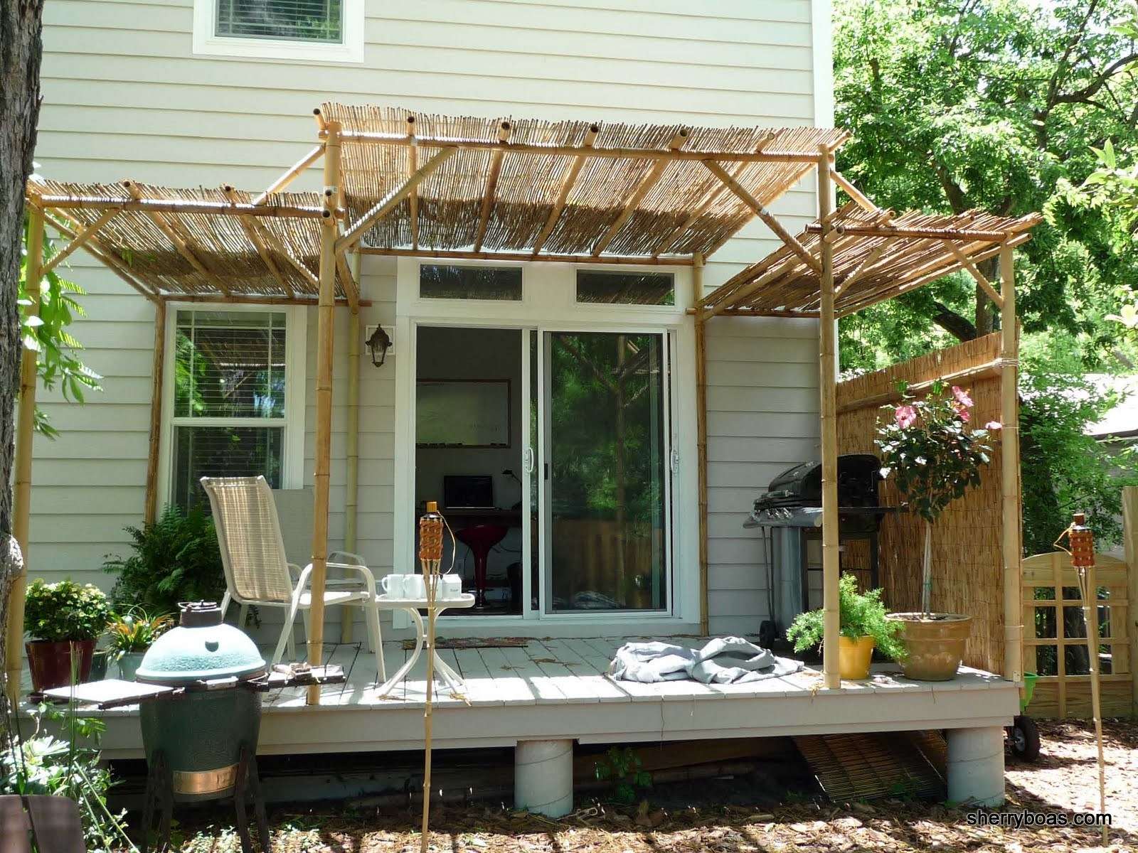 Beautiful bamboo two different sizes of bamboo fencing - Pergolas para jardin ...