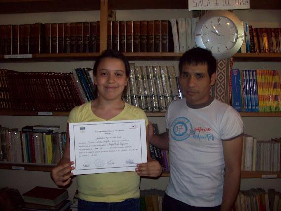 Ailen, recibiendo su certificado